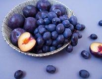 Raisins et prunes dans une cuvette argent?e photo stock
