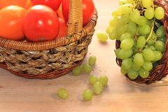 Raisins et tomates verts juteux dans un plan rapproché de panier, photo libre de droits