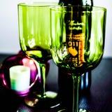 Raisins et verres de vin Photo stock