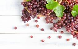 Raisins frais de champagne sur le panier en bambou Images stock