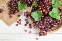 Raisins frais de champagne sur le panier en bambou Photos stock
