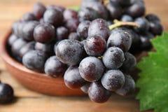Raisins juteux mûrs frais dans la cuvette sur la table photographie stock