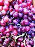 Raisins organiques de purpple photographie stock
