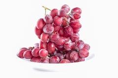 Raisins rouges frais et doux sur le plat Photographie stock