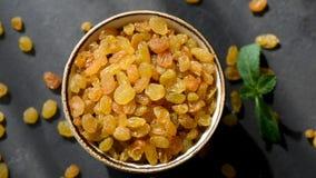 Raisins secs d'or dans une cuvette banque de vidéos
