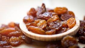 Raisins secs dans la cuillère Photo stock