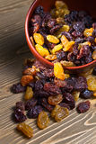 Raisins secs dans le dich brun photos stock