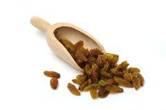 Raisins secs dans une épuisette photos stock