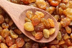 Raisins secs dans une cuillère en bois Images stock