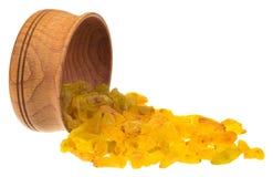 Raisins secs dans une cuvette en bois Image libre de droits