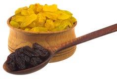 Raisins secs dans une cuvette en bois avec la cuillère Photos libres de droits