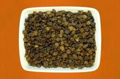 Raisins secs dans une plaque blanche. images stock