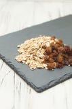 Raisins secs doux et farine d'avoine saine pour le petit déjeuner Images libres de droits