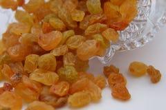 Raisins secs jaunes doux dans un vase en cristal image stock