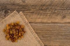Raisins secs sur la vieille table en bois Image stock