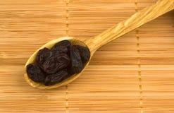 Raisins secs sur le fond en bambou Image stock