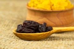Raisins secs sur une cuillère en bois Image stock