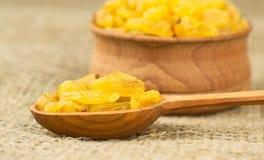 Raisins secs sur une cuillère en bois Photographie stock libre de droits