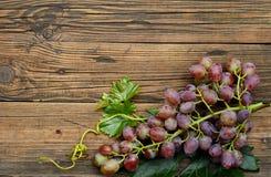 Raisins sur la table en bois Photographie stock libre de droits