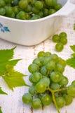 Raisins sur la table en bois blanche Image libre de droits