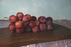 Raisins sur la table photographie stock libre de droits