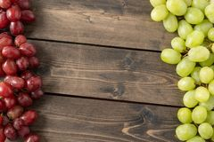 Raisins sur le fond en bois photo stock