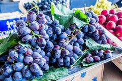 Raisins sur le marché Photo libre de droits