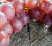 Raisins sur une table en bois Image libre de droits
