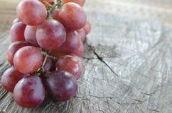 Raisins sur une table en bois Images stock