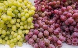 raisins Vert-jaunes et rouges à vendre au marché de ville photo stock