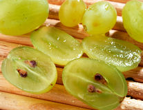 Raisins verts coupés en tranches Photos libres de droits
