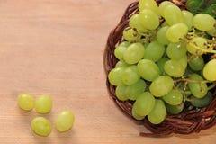 Raisins verts juteux dans un plan rapproché de panier images stock