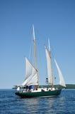 Raisng ein Segel auf einem Schooner-Segelboot Lizenzfreies Stockfoto