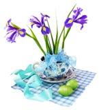 Raison de Pâques avec des iris et des oeufs de pâques Photographie stock libre de droits