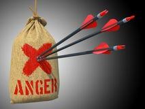 Raiva - setas batidas em Mark Target vermelho Fotografia de Stock Royalty Free