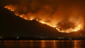 Raivas santamente do incêndio violento do fogo nas montanhas perto do lago Elsinore Timelapse vídeos de arquivo