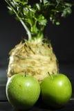 Raiz de aipo - aipo vermelho e maçãs verdes, vegetal saudável fresco Fotos de Stock
