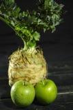 Raiz de aipo - aipo vermelho e maçãs verdes, vegetal saudável fresco Imagens de Stock