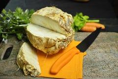 Raiz de aipo - cunhas aipo vermelho, fonte de vitamina, saudável fresco Foto de Stock Royalty Free