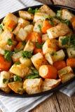 Raiz de aipo e close-up cozidos das cenouras em uma placa vertical Imagem de Stock