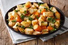 Raiz de aipo e close-up orgânicos Roasted das cenouras em uma placa Hor Imagem de Stock