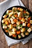 Raiz de aipo e close-up orgânicos Roasted das cenouras em uma placa ver Fotos de Stock