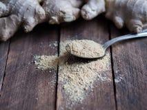 Raiz e colher frescas do gengibre com gengibre seco Imagens de Stock