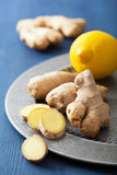 Raiz e limão frescos do gengibre na placa do vintage fotos de stock