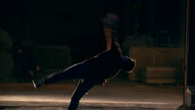 Raize, tours des arts martiaux, ville de nuit sur le fond étincelle, au ralenti banque de vidéos