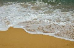 Raj plaża, złoty piasek, fale i morze, pienimy się obrazy stock