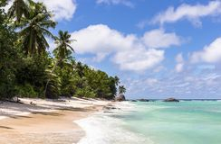 Raj plaża na sylwetki wyspie, Seychelles Obraz Stock