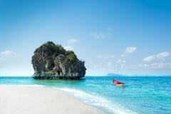 Raj wyspa z małą łodzią Zdjęcia Royalty Free