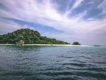 Raj wyspy kryształ - jasny morze, Błękitny, palmy, na fyre zdjęcia royalty free