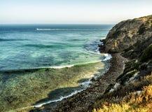 Raj zatoczka Malibu, Zuma plaża, szmaragd i błękitne wody w raj plaży otaczającej falezami, zupełnie Malibu, Los Angeles, los ang fotografia royalty free